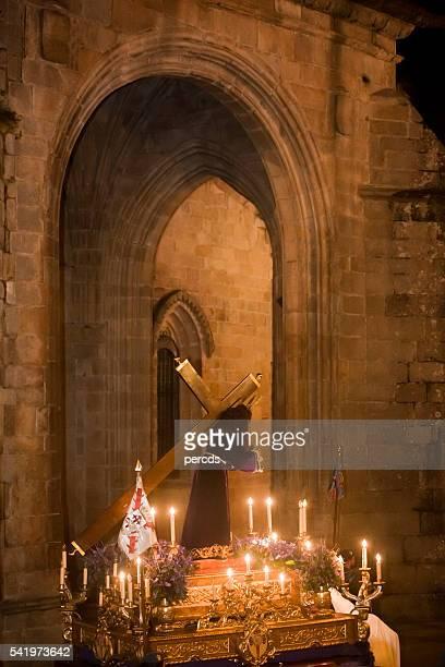 Noche desfile en Semana Santa, Lugo catedral stone arch.