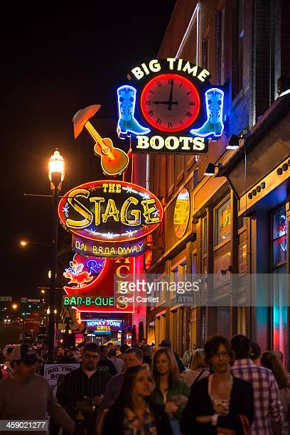 Noite em luzes de néon de Broadway em Nashville Tennessee