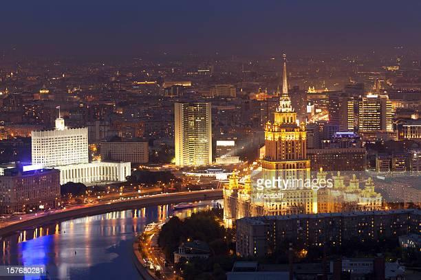 夜のモスクワの街並みを一望できます。全景