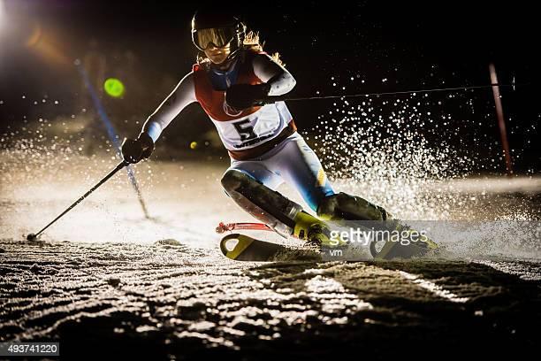 Nachtaufnahme von einem professionellen Alpine Skifahrer