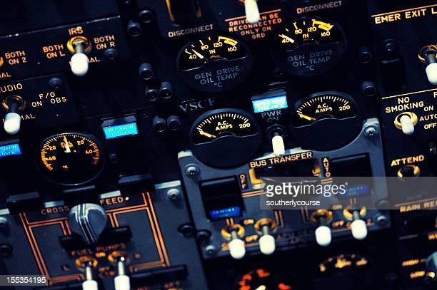 夜のボーイング 737 -300 機オーバヘッドパネル
