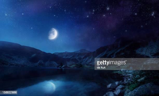 Filmagem de um lago à noite