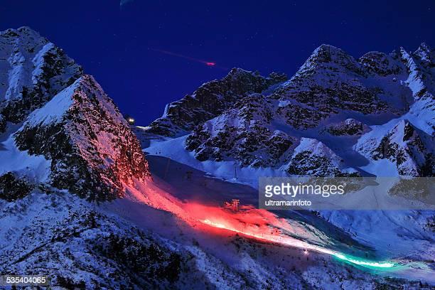 Nachtskifahren Stilfser Tonale Gletscher Lichter in den Farben der italienischen Flagge