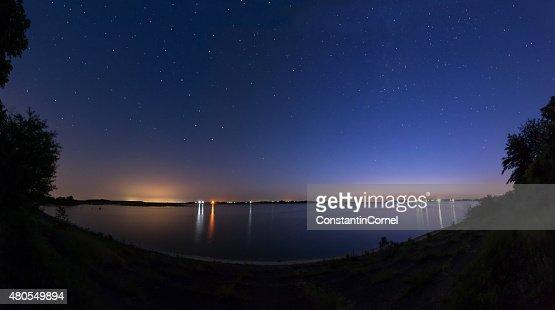 Cielo nocturno en el lago : Foto de stock