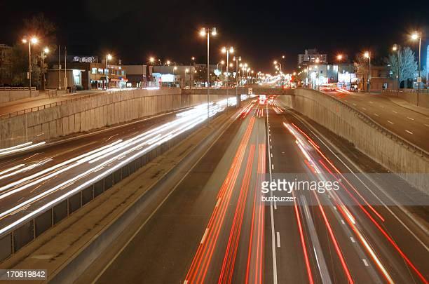 Trafic de nuit sur l'autoroute de Montréal