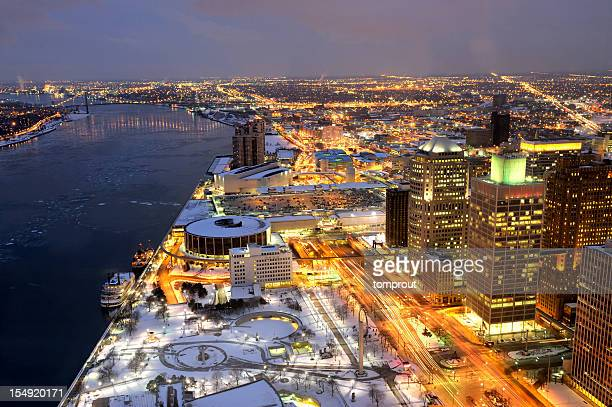 夜のミシガン州デトロイトにある米国