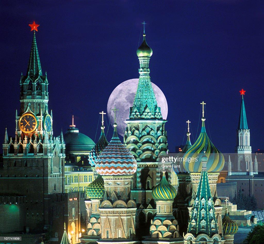 Night view of Kremlin buildings.