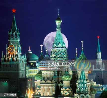 Night view of Kremlin buildings.