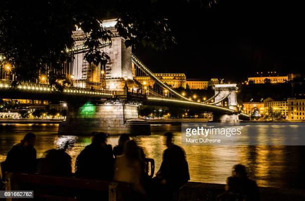 Vue de la nuit du pont à chaînes Széchenyi et le château de Buda du comitat de Pest