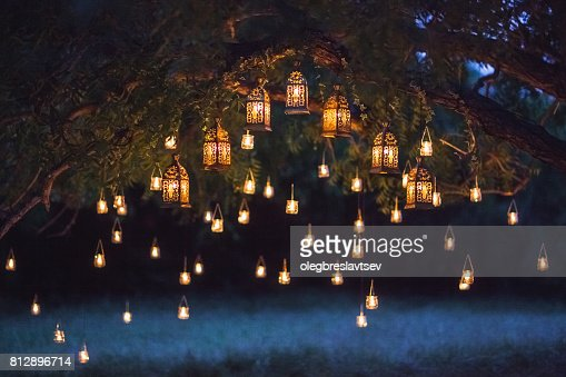 Night wedding ceremony with a lot of vintage lamps and candles on big tree : Foto de stock