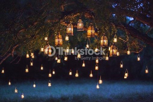 多くのビンテージ ランプと大きな木のろうそくで夜の結婚式 : ストックフォト