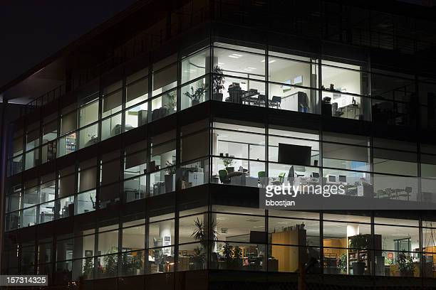 夜、オフィスでの仕事に
