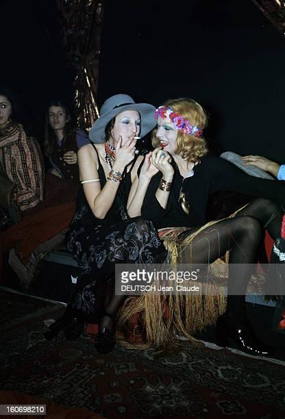 Nightclubs And Cabarets In Paris A Paris en février 1970 dans un cabaret ou une boîte de nuit une femme portant des collants noirs sous une jupe à...