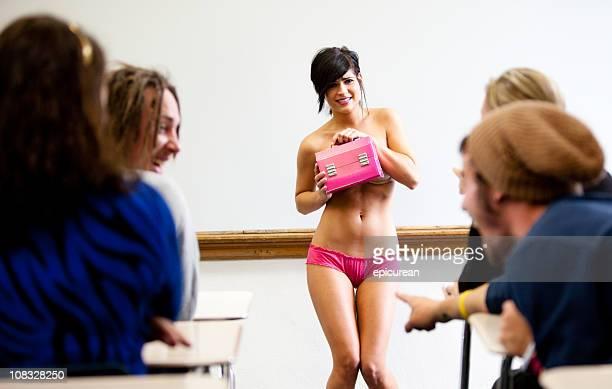 Cauchemar-debout devant la classe porter des sous-vêtements