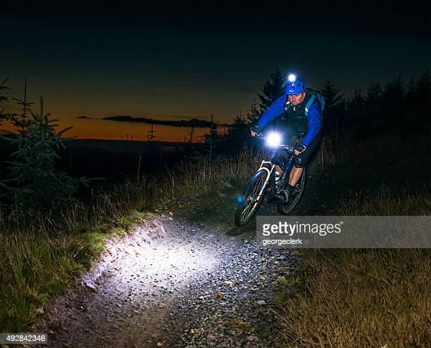 Route de nuit avec les lumières mountiain vélo