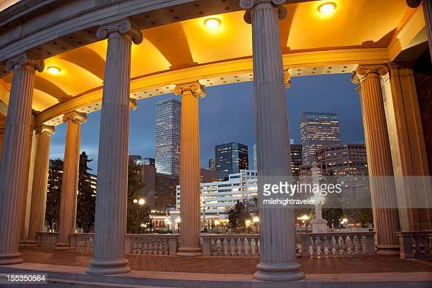 Skyline de nuit du centre-ville de Denver, dans le Colorado, du Civic Center Park