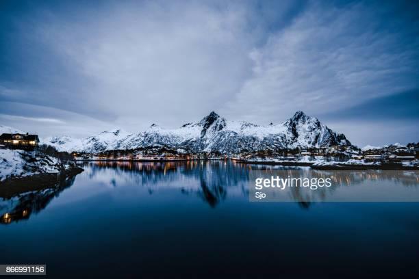 Nachtelijke uitzicht over de stad van Svolvaer in de Lofoten in Noorwegen