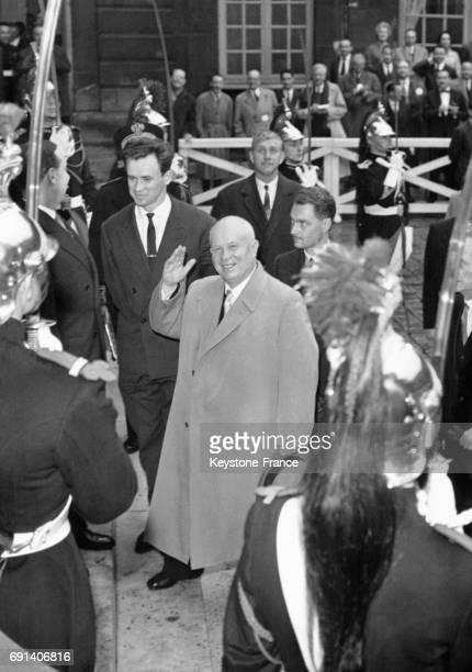 Nikita Khrouchtchev arrive à Matignon pour un déjeuner offert par M Debré le 24 mars 1960 à Paris France