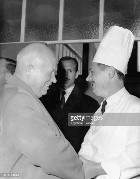Nikita Khrouchtchev félicite le cuisinier d'un lycée de Marseille qui lui a préparé une collation le 28 mars 1960 à Marseille France
