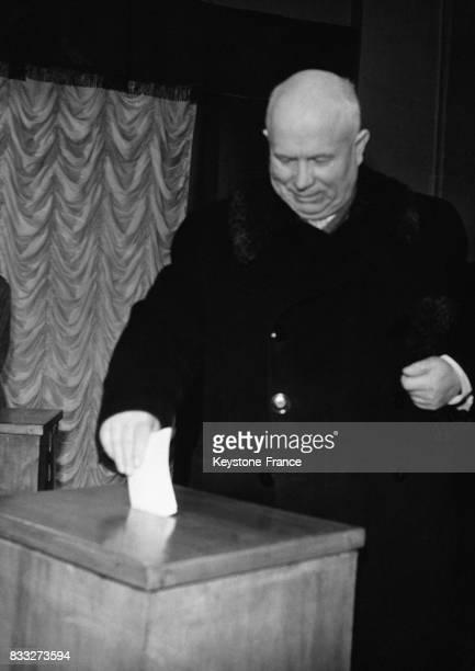 Nikita Khrouchtchev mettant so bulletin de vote dans l'urne à Moscou URSS en mars 1959