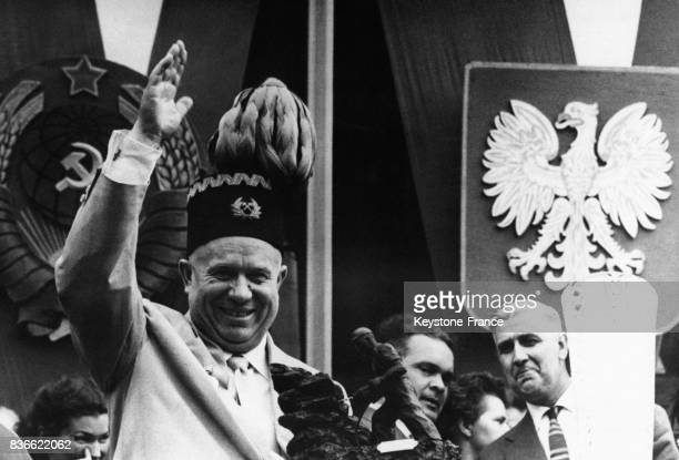 Nikita Khrouchtchev porte fièrement le chapeau traditionnel des mineurs lors de sa visite à Katowice Pologne le 21 juillet 1959
