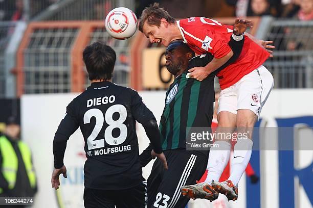 Niko Bungert of Mainz is challenged by Grafite and Diego of Wolfsburg during the Bundesliga match between FSV Mainz 05 and VfL Wolfsburg at Bruchweg...