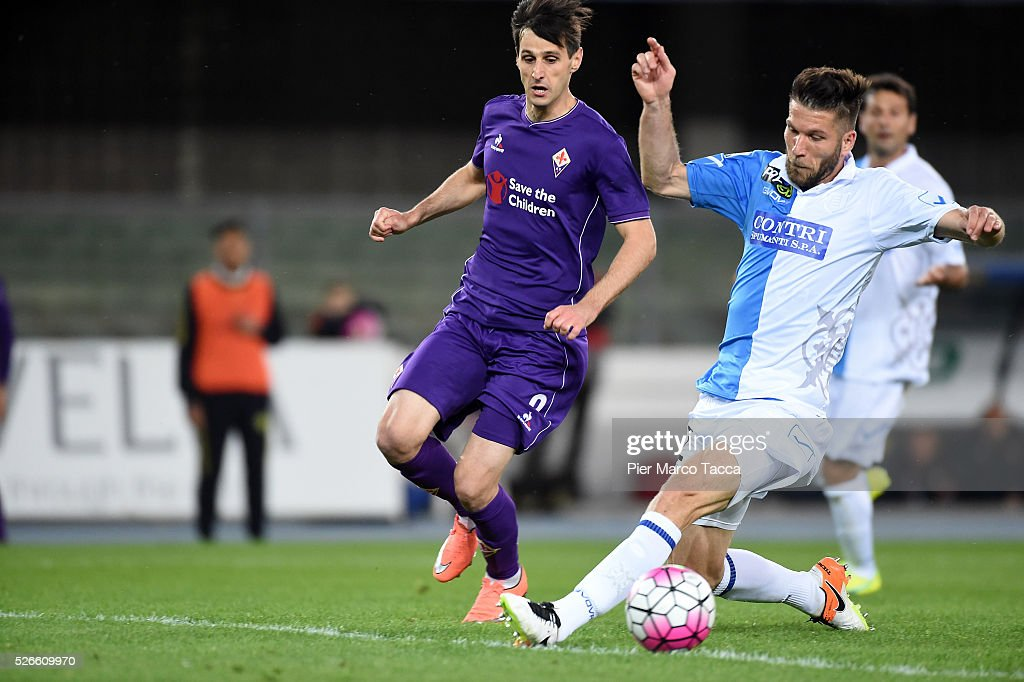 Nikola Kalinic of ACF Fiorentina competes for the ball with <a gi-track='captionPersonalityLinkClicked' href=/galleries/search?phrase=Bostjan+Cesar&family=editorial&specificpeople=2084483 ng-click='$event.stopPropagation()'>Bostjan Cesar</a> og AC Chievo during the Serie A match between AC Chievo Verona and ACF Fiorentina at Stadio Marc'Antonio Bentegodi on April 30, 2016 in Verona, Italy.