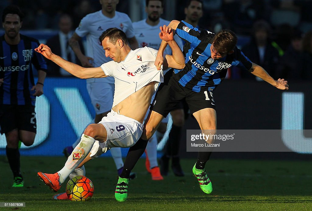 Nikola Kalinic of ACF Fiorentina competes for the ball with Marten De Roon of Atalanta BC during the Serie A match between Atalanta BC and ACF Fiorentina at Stadio Atleti Azzurri d'Italia on February 21, 2016 in Bergamo, Italy.