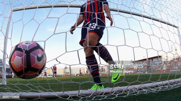 Nikola Kalinic of Fiorentina scores the winning goal during the Serie A match between FC Crotone and ACF Fiorentina at Stadio Comunale Ezio Scida on...