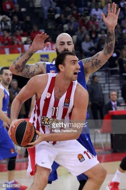 Nikola Milutinov #11 of Olympiacos Piraeus competes with Pero Antic #12 of Crvena Zvezda mts Belgrade during the 2017/2018 Turkish Airlines...
