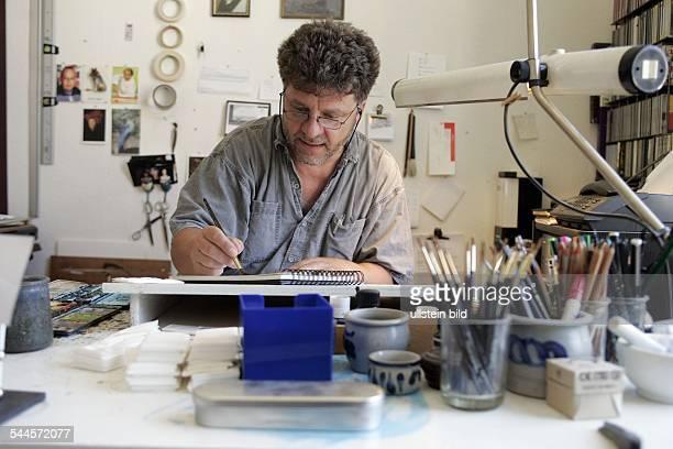 Nikolaus Heidelbach freischaffender Kuenstler Illustrator D arbeitet am Zeichentisch in seinem Atelier