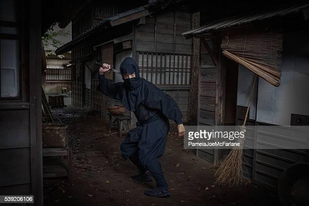 Ninja en la oscuridad, cocina japonesa tradicional Calle retirándose espada