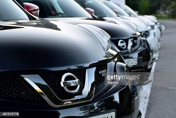 Nissan Autos in einer Reihe