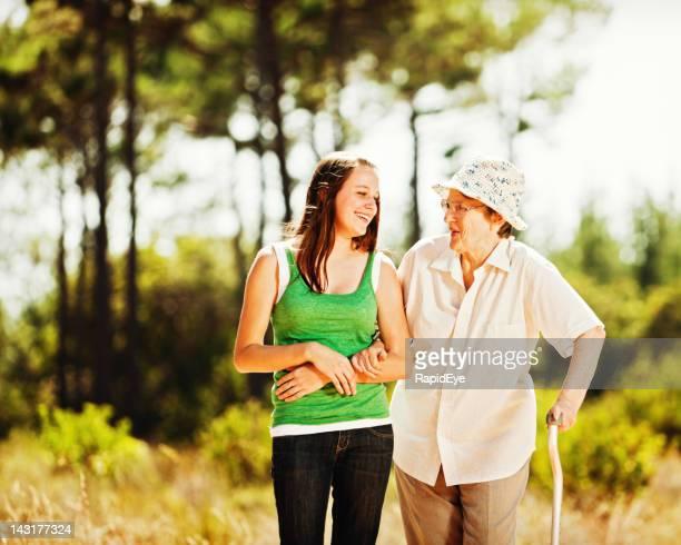 Nessun divario generazionale qui: Nonna e Nipote femmina Ride insieme