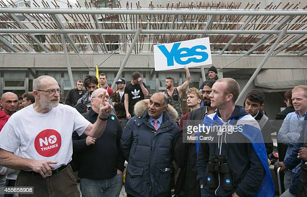 No supporter debates with a Yes supporter outside the Scottish Parliament on September 18 2014 in Edinburgh Scotland After many months of campaigning...