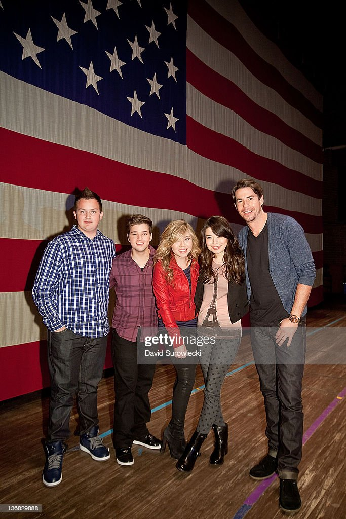 Noah Munck, Nathan Kress, Jennette McCurdy, Miranda Cosgrove and Jerry Trainor pose onstage at the auditorium at Naval Submarine Base New London on January 11, 2012 in Groton, Connecticut. The cast of Nickelodeon's iCarly were presenting a special military family screening of iMeet The First Lady, an episode of their show featuring Michelle Obama.