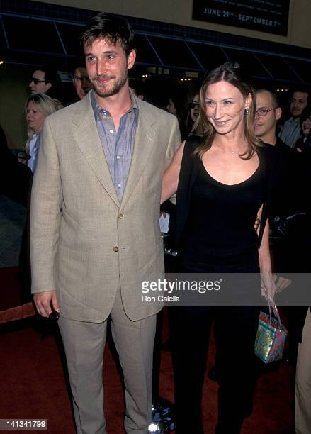 Noah Wyle and Tracy Warbin at the Premiere of 'Out of Sight' Cineplex Odeon Universal Studios Cinema Universal City