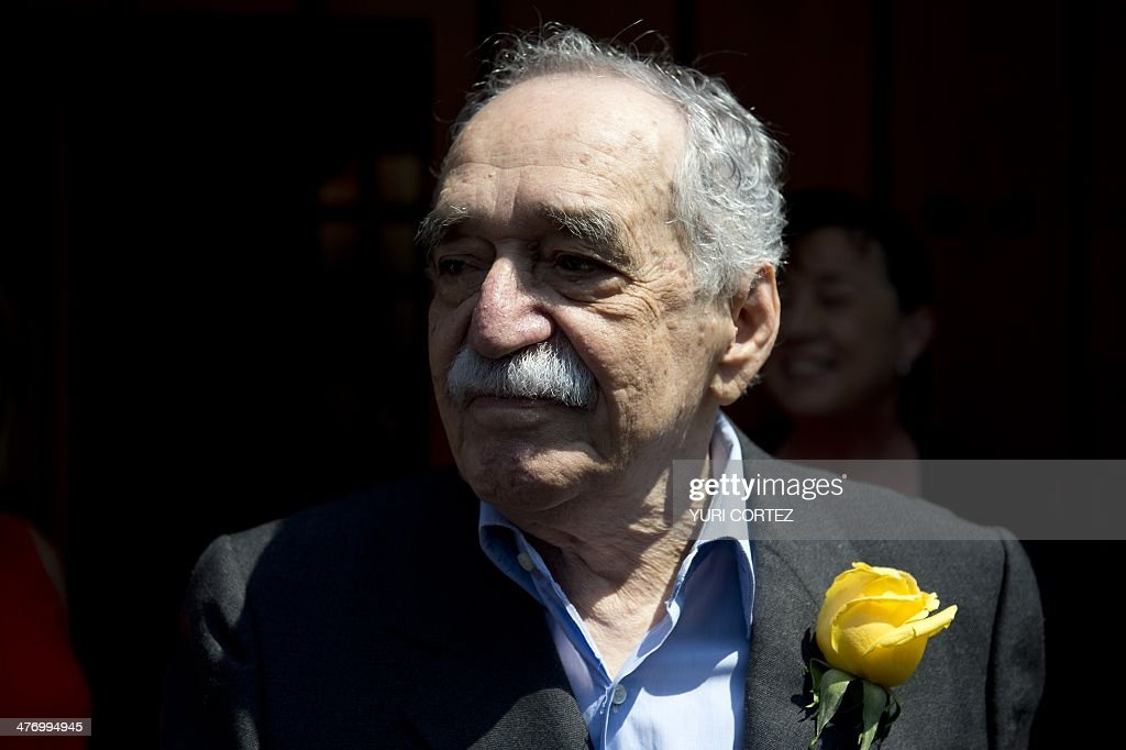 Nobel Literature prize-winning writer and journalist, Colombian Gabriel Garcia Marquez, sings the traditional birthday song with journalists while coming out from his house to meet the press during his 87th birthday, in Mexico City, on March 6, 2014. AFP PHOTO / Yuri CORTEZ