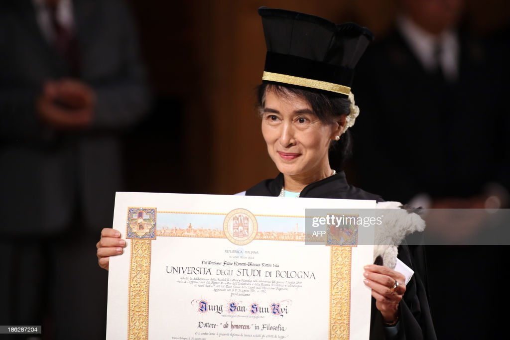 Nobel Peace Laureate and Myanmar opposition leader Aung San Suu Kyi poses after receiving a degree of philosophy at the Bologna University on October 30, 2013 in Bologna.