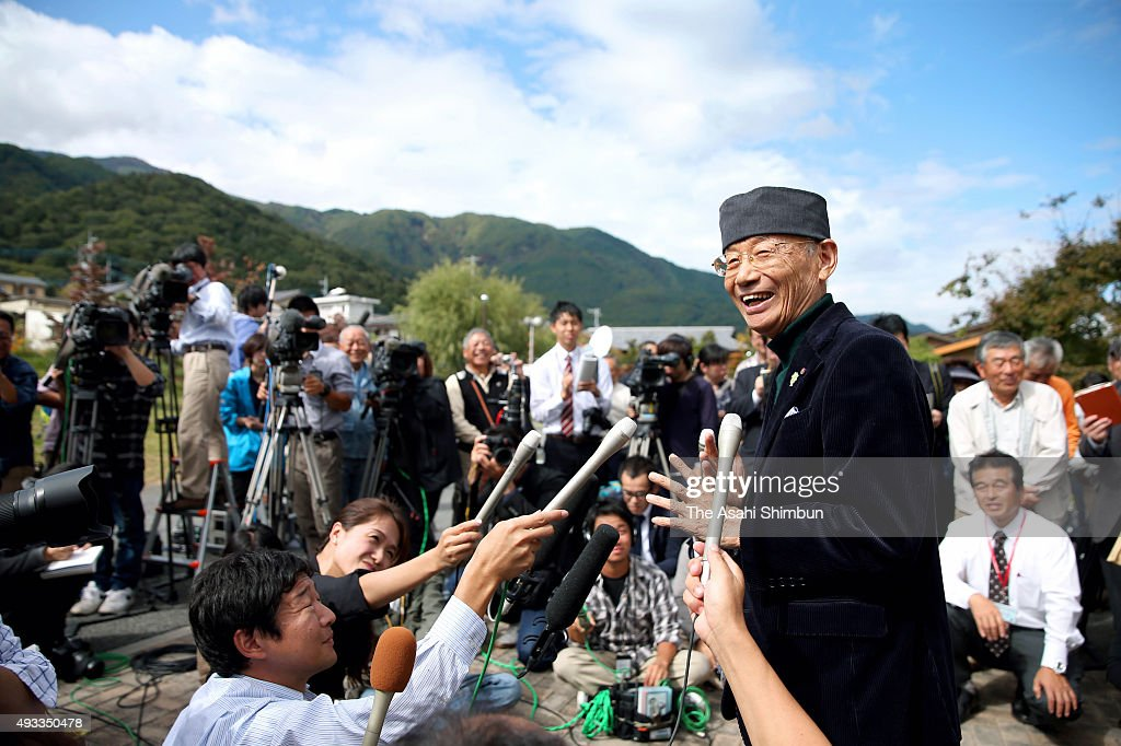 Nobel Prize in Medicine laureate and Kitasato University Professor Emeritus Satoshi Omura speaks to media reporters at his hometown on October 17...
