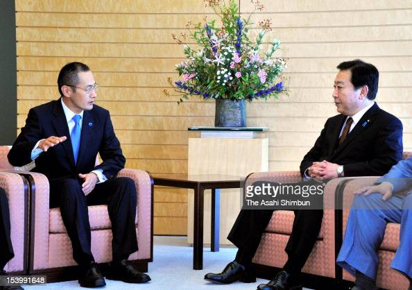 Nobel Prize in Medicine laureate and Kyoto University Professer Shinya Yamanaka speaks to Japanese Prime Minister Yoshihiko Noda at Noda's official...