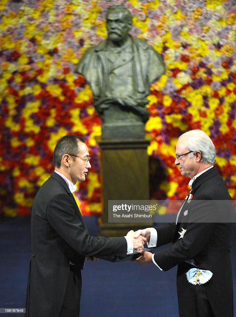 Nobel Prize in Medicine laureate <a gi-track='captionPersonalityLinkClicked' href=/galleries/search?phrase=Shinya+Yamanaka&family=editorial&specificpeople=4810477 ng-click='$event.stopPropagation()'>Shinya Yamanaka</a> receives the Nobel Prize from King Carl XVI Gustaf of Sweden during the Nobel Prize Award Ceremony at Concert Hall on December 10, 2012 in Stockholm, Sweden.