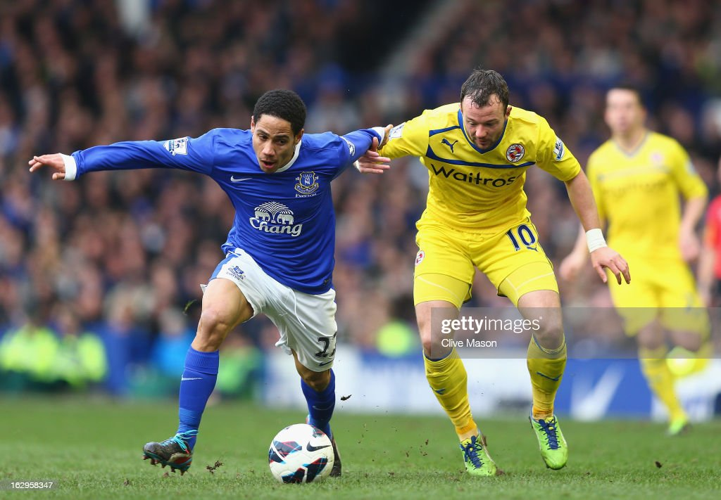 Noel Hunt of Reading and <a gi-track='captionPersonalityLinkClicked' href=/galleries/search?phrase=Steven+Pienaar&family=editorial&specificpeople=787271 ng-click='$event.stopPropagation()'>Steven Pienaar</a> of Everton vie for the ball during the Barclays Premier League match between Everton and Reading at Goodison Park on March 2, 2013 in Liverpool, England.