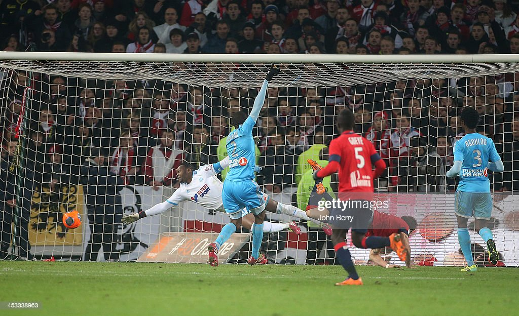 Nolan Roux of Lille beats Steve Mandanda goalkeeper of OM to score a goal during the French Ligue 1 match between Lille OSC and Olympique de...