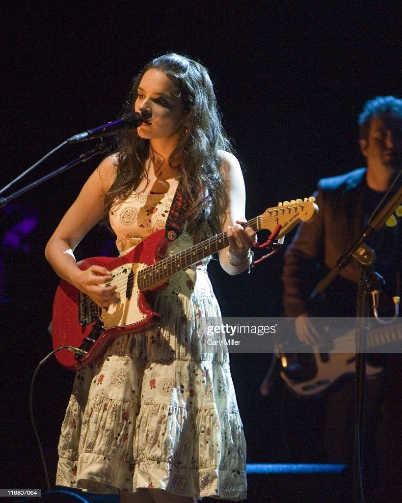photos et images de norah jones in concert at the backyard in