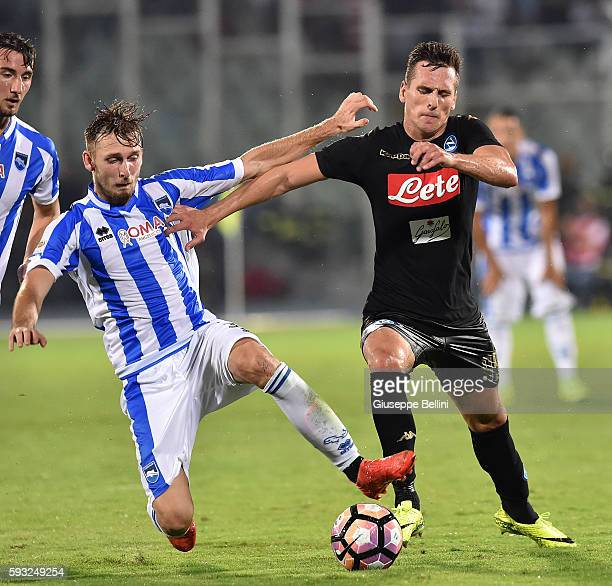 Norbert Gyomber of Pescara Calcio and Arkadiusz Milik of SSC Napoli in action during the Serie A match between Pescara Calcio and SSC Napoli at...