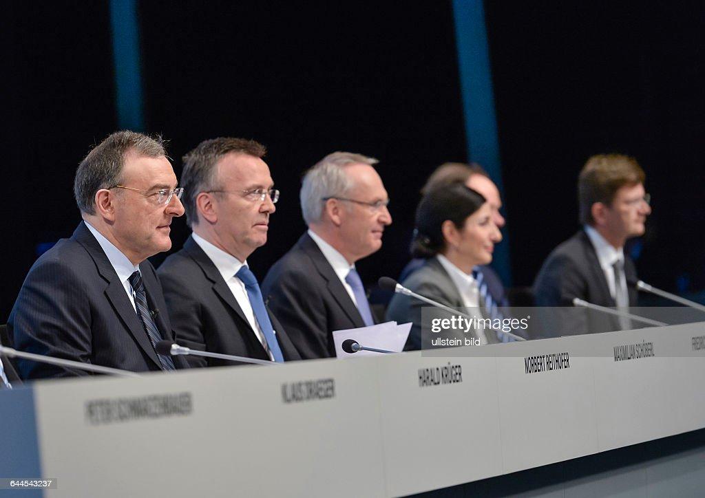 Norbert Reithofer Vorstandsvorsitzender der BMW Group mit seinen Vorstaenden auf dem Podium waehrend der Bilanzpressekonferenz der Bayerischen...