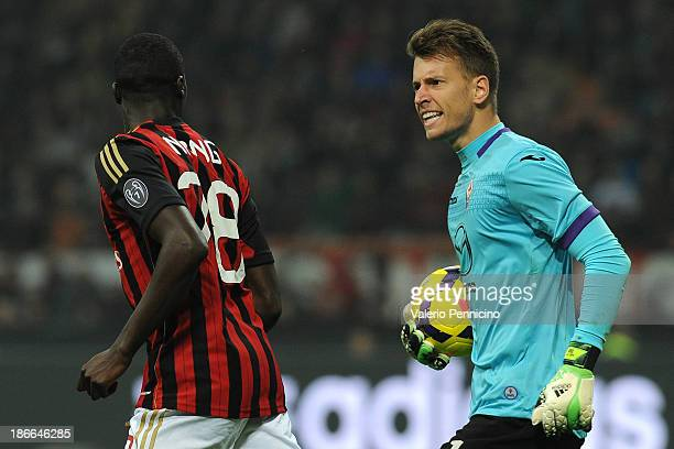 Norberto Murara Neto of ACF Fiorentina reacts to Mbaye Niang of AC Milan during the Serie A match between AC Milan and ACF Fiorentina at Stadio...