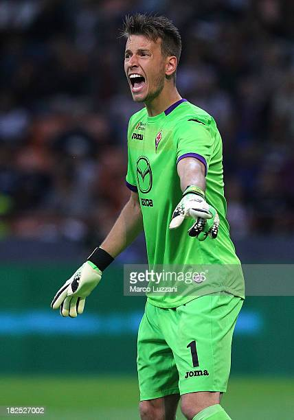 Norberto Murara Neto of ACF Fiorentina shouts to his teammates during the Serie A match between FC Internazionale Milano and ACF Fiorentina at...