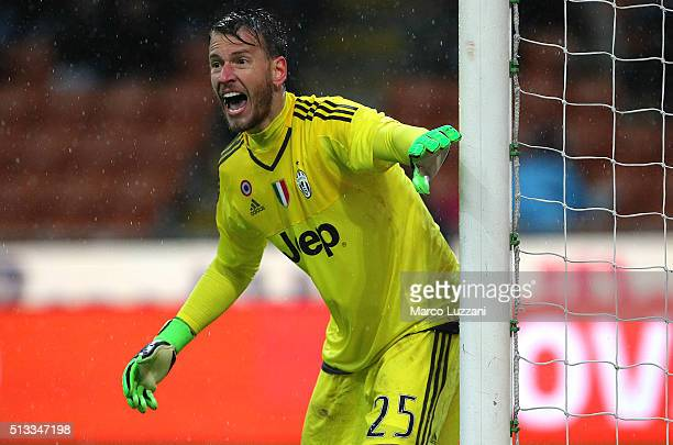 Norberto Murara Neto of Juventus FC shouts to his teammates during the TIM Cup match between FC Internazionale Milano and Juventus FC at Stadio...
